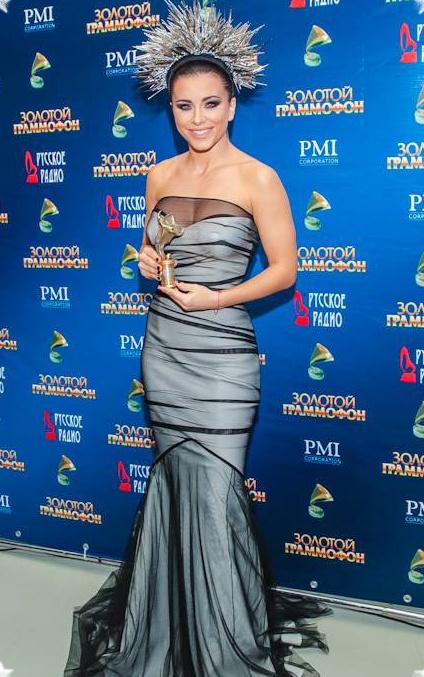 Ани Лорак - грудь видна сквозь платье