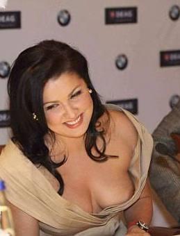 Анна Нетребко показывает грудь